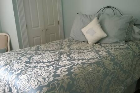 Evelette Bell Suite - Trowell Historic Inn