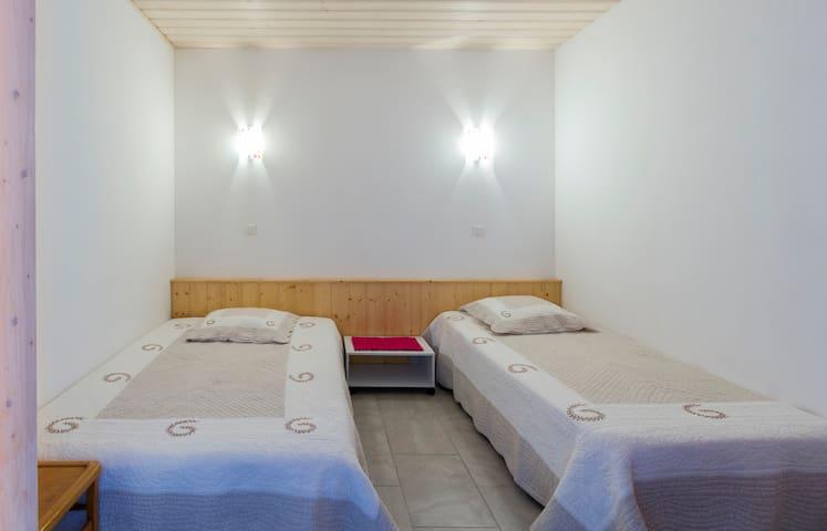 chambre 3 avec deux lits dont un de 130 cm et l'autre de 90 cm