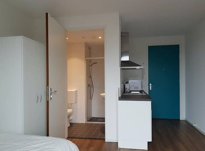 1 min to Erasmus Uni.  Fully furnished studio