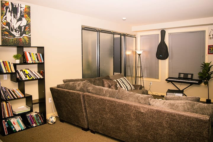 Private 5 Star Room in Downtown - Free Parking