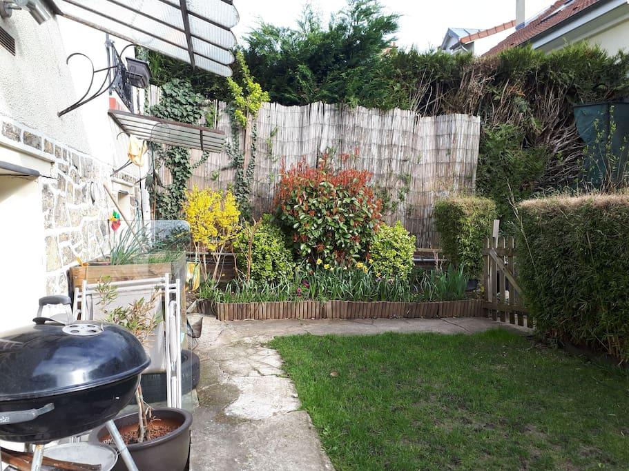 Small garden. Barbecue. And garden equipments to eat outside   salon de jardin avec barbecue. Petit jardin fleuri.