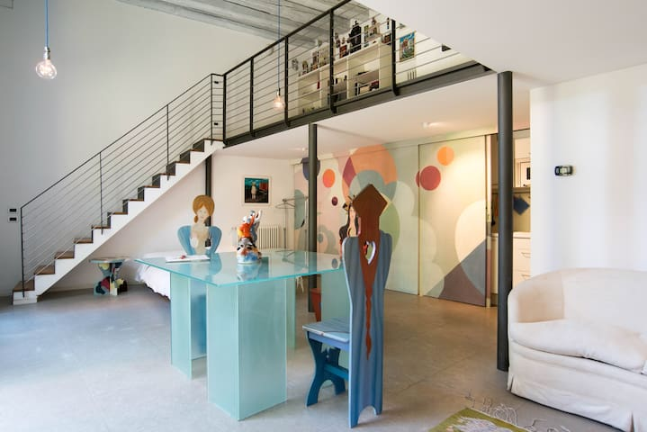 Artistic and colorful Loft, with private garden