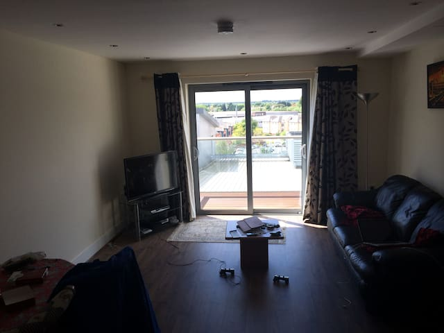 2 bedroom 2 bathroom top floor flat in Farnborough