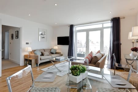 Stunning two bed in centre of Woking - Woking - Apartament