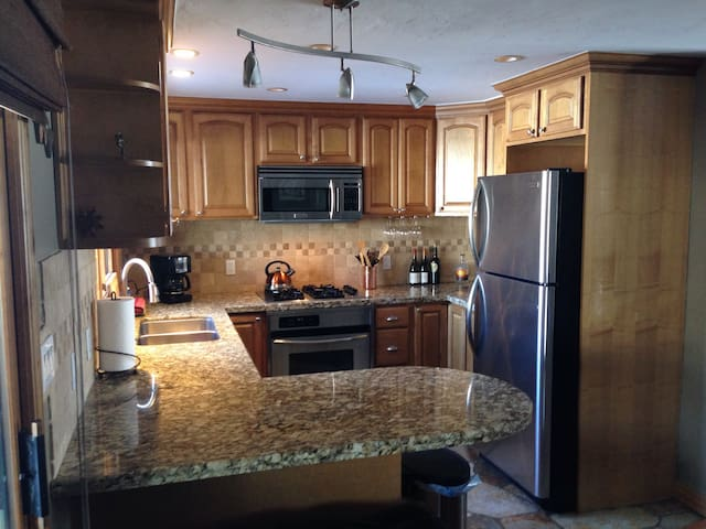 Beautiful Updated Town Home on Golf Course! - Avon - House