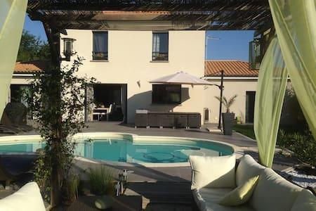 Suite parentale dans maison piscine proche Angers - House
