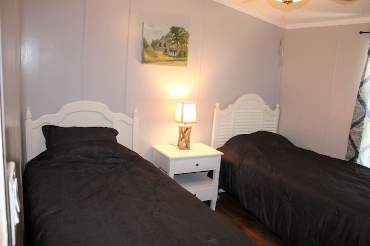 Bedroom 3/Two Twin Beds