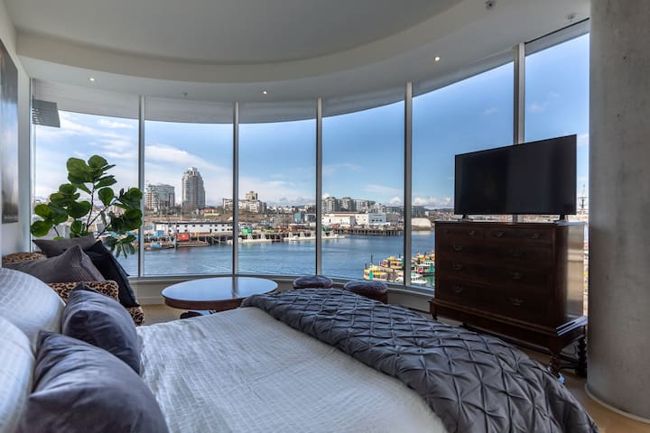 NEW! Waterfront in the Heart of City w/ 2 Queen Beds!