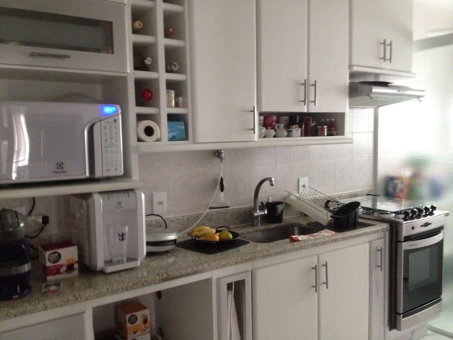 Cozinha completa e lavanderia.