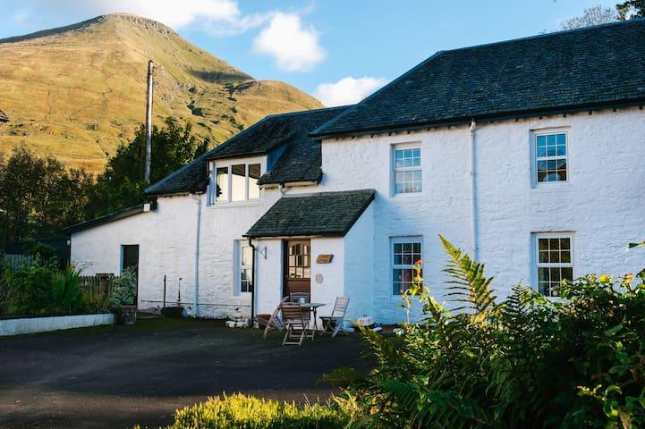 Merlin Cottage. 5 star, 2 bedroom, mountain views