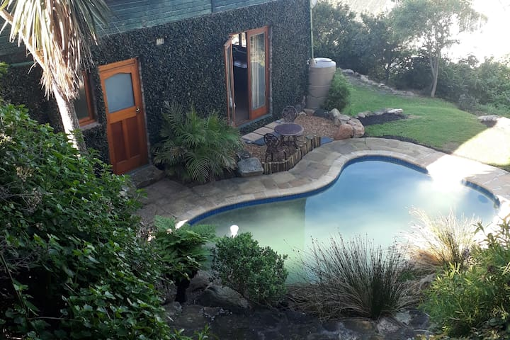 Rustic, mountainside, sea views, pool, in Kalk Bay