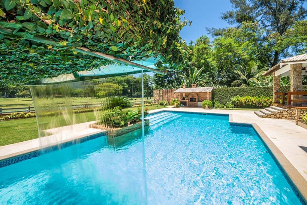 Cachoeira na piscina.