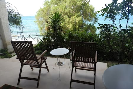 Studio with sea view terrace in front of the beach