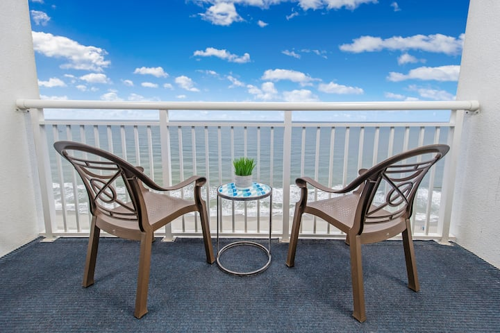 ★Oceanfront Retreat★ Pools, hot tub & WOW location