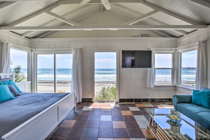 Beachfront Studio Cottage, Walk to Oceanside Pier!