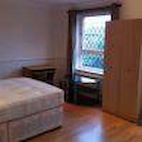Large Ensuite Room Own Shower & WC - Borehamwood - บ้าน