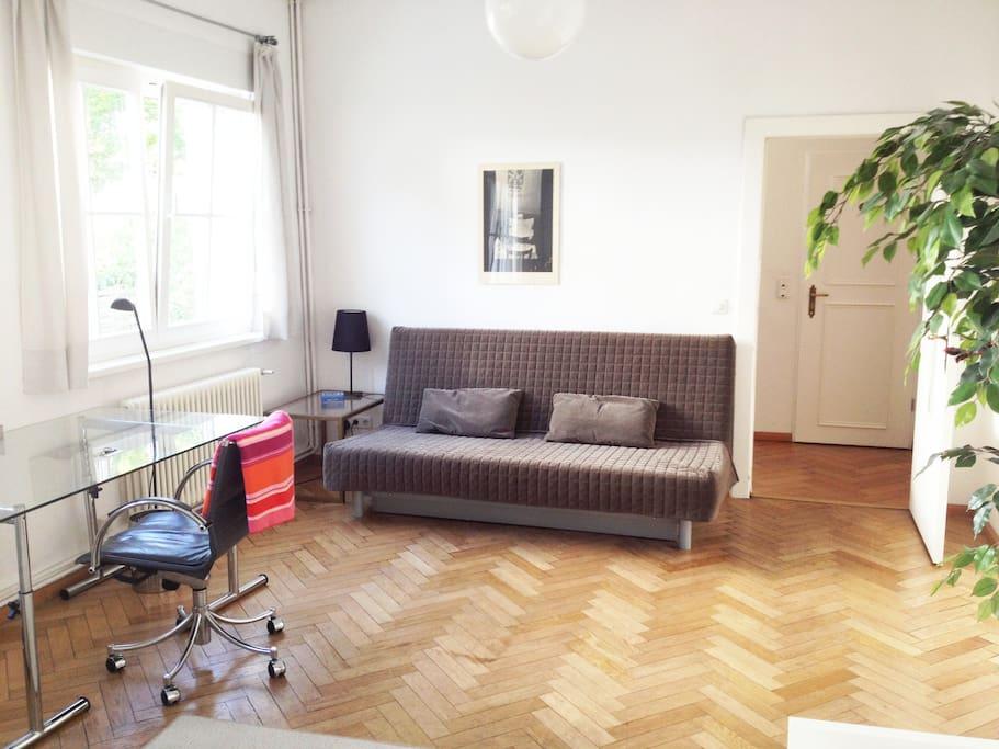 Sofabett und Schreibtisch/sofa-bed and desktop