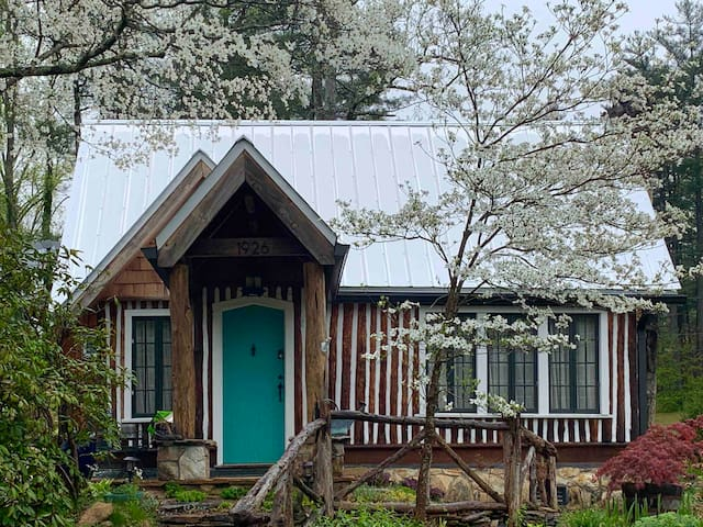 Historic Lynnwood Cabin, Romantic Hot Tub Getaway