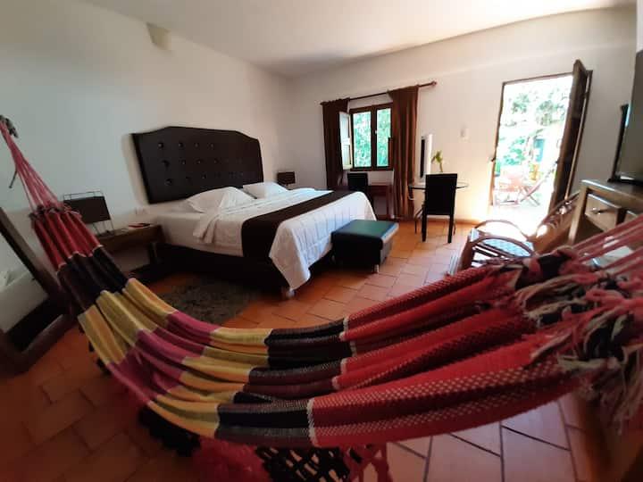 Lujosa habitación colonial con cama king en hotel