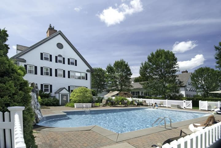 Group Deal! Perfect Deal for 12! Pool!Parking!