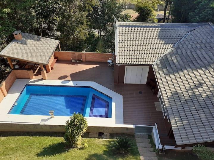 Lugar  maravilhoso com piscina,  muito verde