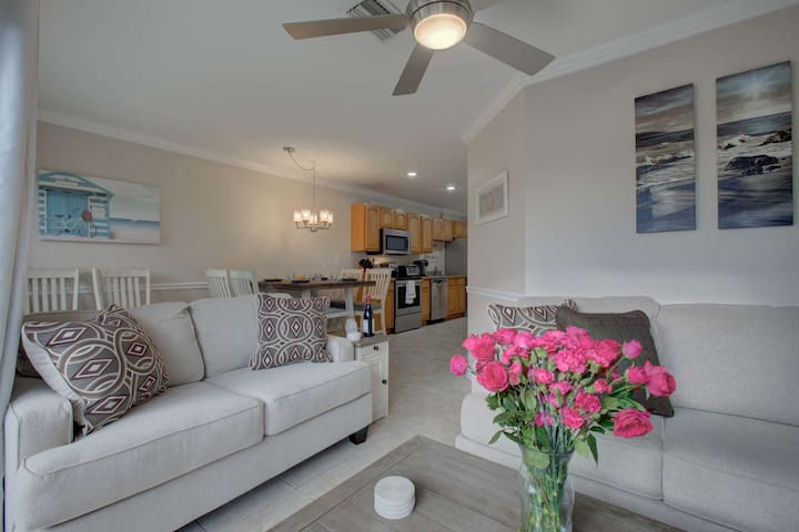 Heart of Siesta Key Village, Walk to Gulf/beach, WiFi, Heated Community Pool & Two Master Bedrooms