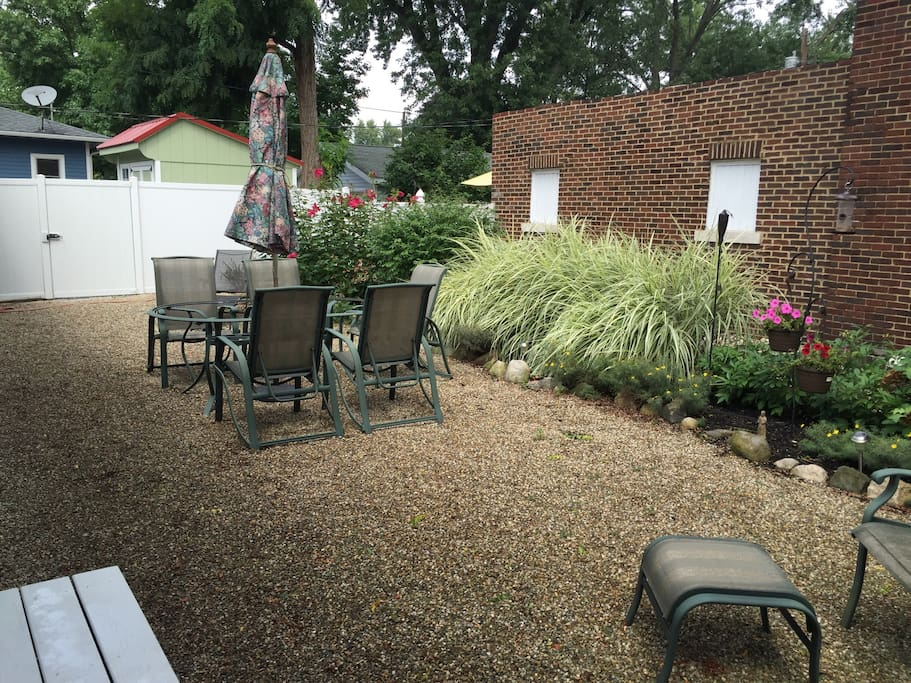 Side court yard with seating for outdoor meals or just relaxing. Fully fenced in for pets.