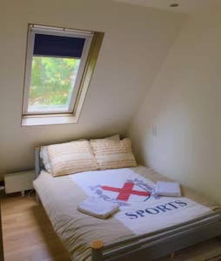 Schone kamer met ruime badkamer 10 min van centrum
