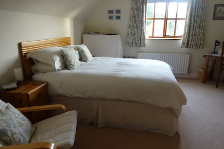 Light, airy and spacious king size ensuite bedroom - 薩里(Surrey)