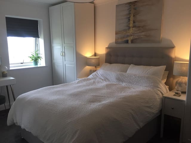 Stylish, modern apartment. Only 20mins to London!