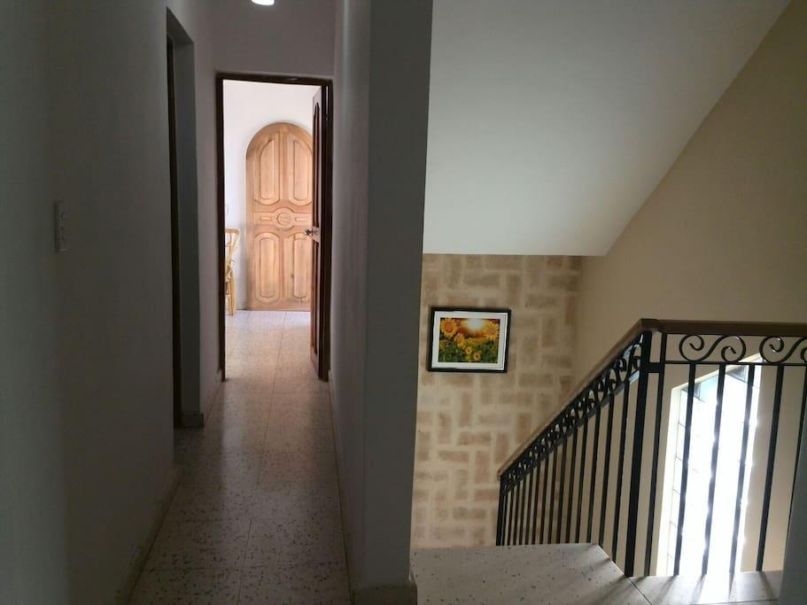 entrada a la sala principal y habitaciones
