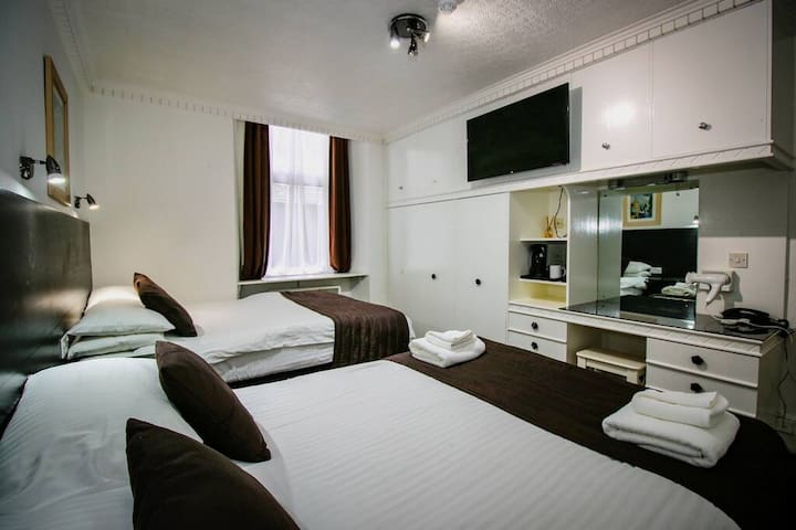 Ensuite Room Sleeps 4 near Sauchiehall Street