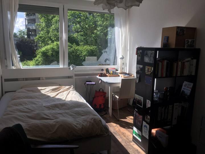 Helles und ruhiges Zimmer im Stühlinger