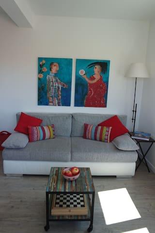 Le canapé confortable dans le coin salon / Das einladende Sofa im Wohnbereich / The comfy sofa in the living-room