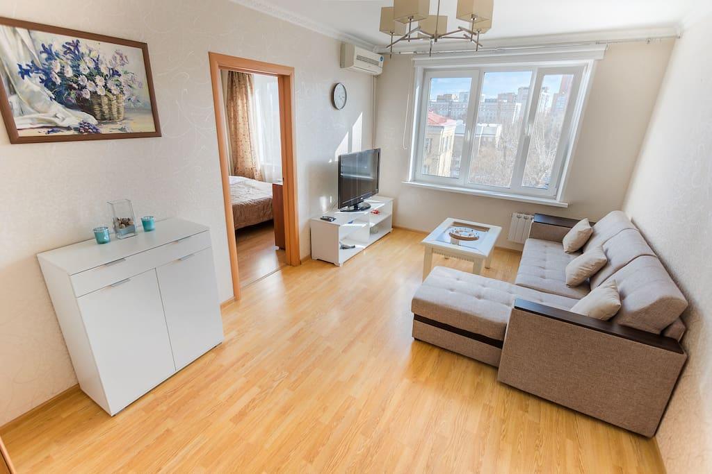 Гостиная с раздвижным диваном, плазмой и кондиционер.