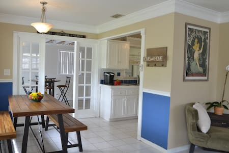 *Sage Gardens Cottage* close to beach & downtown!