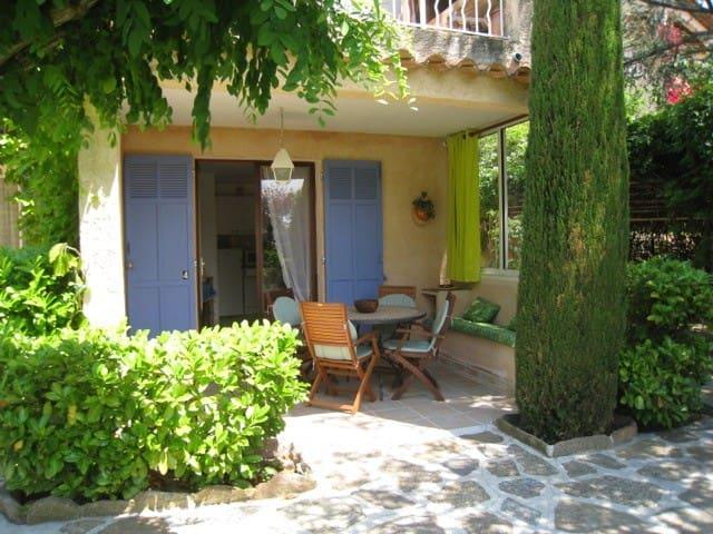 Coquet petit studio pour un couple au calme - Le Lavandou - Flat