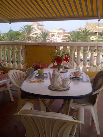 el placer de un buen desayuno disfrutando del sol