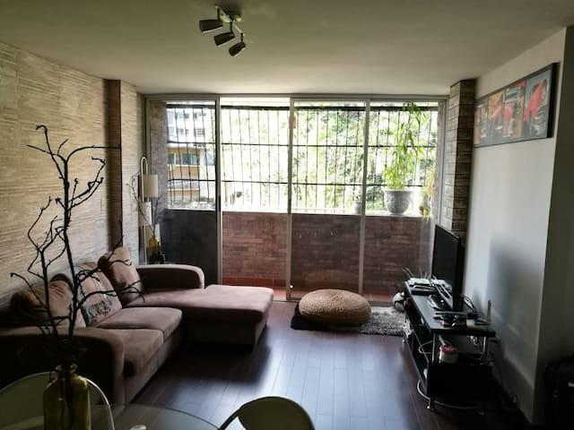 Cómodo y pequeño apartamento bien amueblado