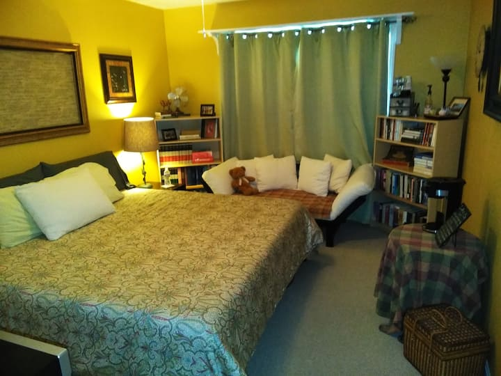 The Yellow Room / King bed & Futon