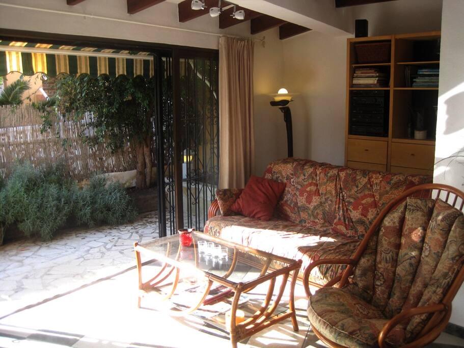 un salón acogedor con grandes ventanas correderas