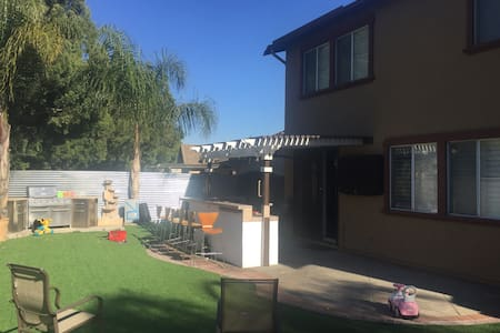 6 bd 3 bth 3 car gar - golf course - Pico Rivera