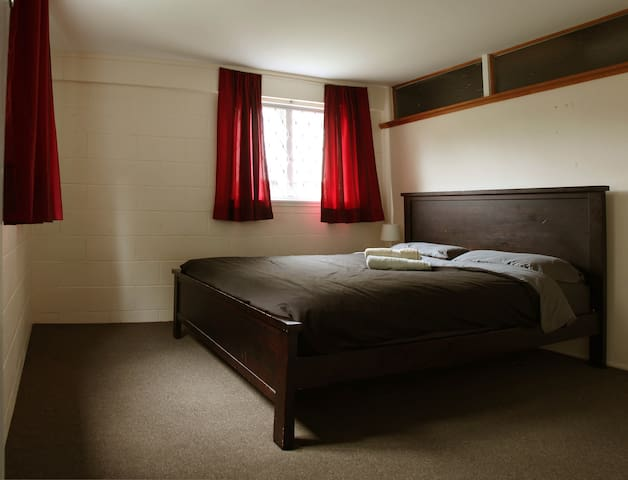 Queen bedroom with private lounge! - Auckland
