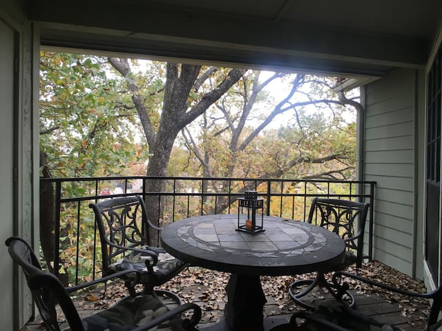 Experience a cozy TREEHOUSE with PRIVATE BATH. - Arlington - Byt
