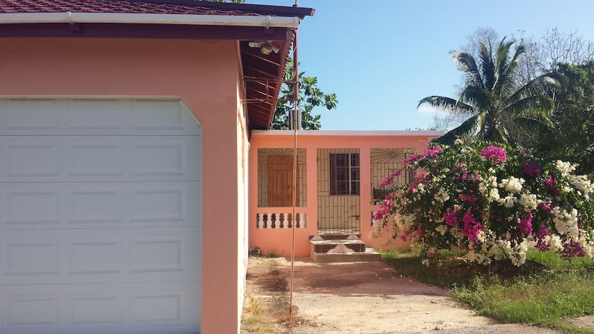 New 2-bedroom hideaway on the hill - May Pen - Casa