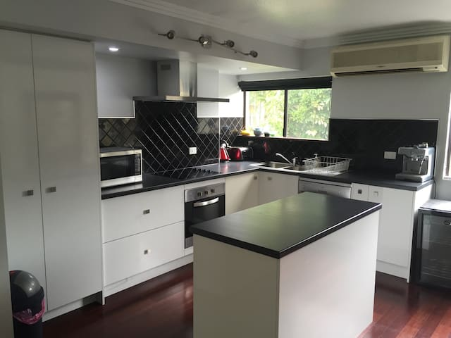Modern tropical unit near CBD - Edge Hill - Apartamento