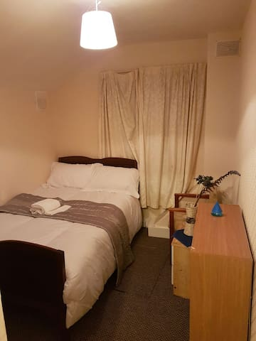 Confy Big Bed and a quiet nite - Bedford, England, GB - Huis