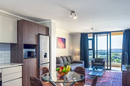 Hop City Luxury Apartment 418, Century City