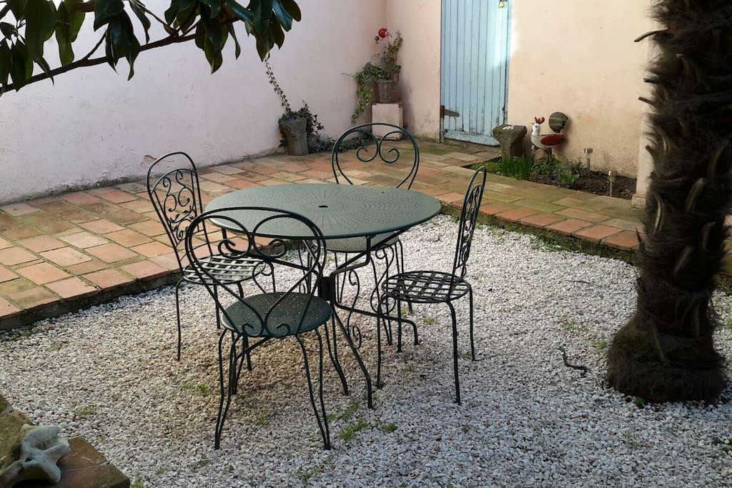 Le salon de jardin installé dans le patio