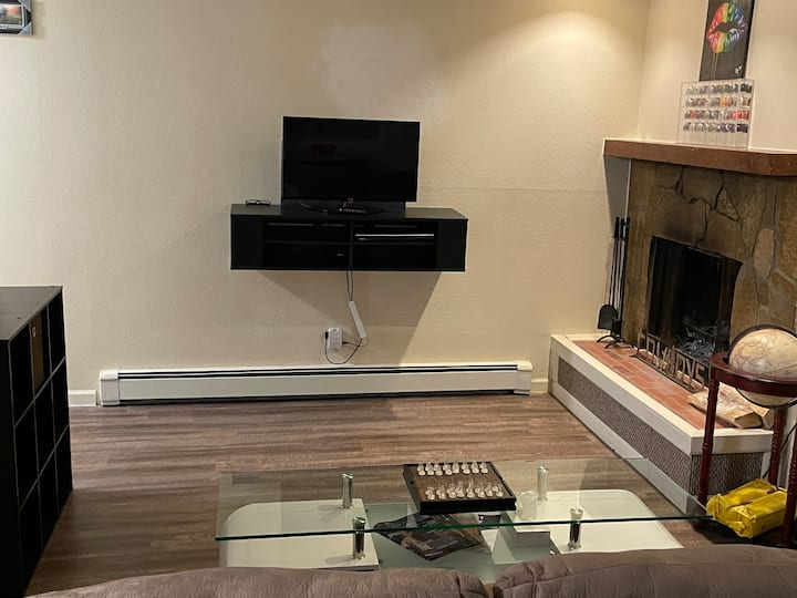 Lovely 1 bedroom with fireplace in south anchorage